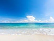 Strand und tropisches Meer lizenzfreie stockfotografie