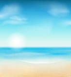 Strand und tropisches Meer mit hellem Sonnenschein Lizenzfreie Stockbilder