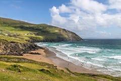 Strand und Wellen an Slea-Kopf Lizenzfreie Stockfotos