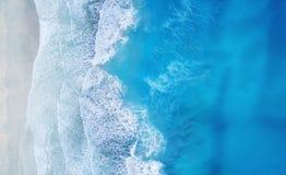 Strand und Wellen von der Draufsicht Türkiswasserhintergrund von der Draufsicht Sommermeerblick von der Luft Draufsicht vom Brumm stockfotografie