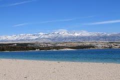 Strand under berget Fotografering för Bildbyråer