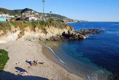 Strand unterhalb des Montage-Erholungsortes im Laguna Beach, Kalifornien Lizenzfreies Stockfoto