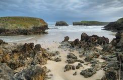 Strand van Barro dichtbij Llanes dorp stock fotografie