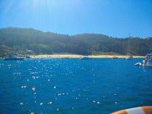 Strand van Cies-Eilanden, in Galicië, Spanje, met boten in F worden gedokt dat stock foto