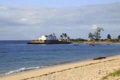 Strand van Eiland Mozambique, met Kerk van nio van Santo Antà ³ op de achtergrond Stock Foto