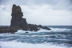 Strand van het Djupalonssandur het zwarte zand in IJsland Stock Afbeelding