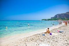 Strand van het Mondello het witte zand in Palermo, Sicilië Italië Royalty-vrije Stock Fotografie