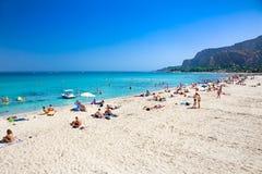 Strand van het Mondello het witte zand in Palermo, Sicilië Italië Stock Foto's