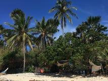 Strand van het palm het tropische paradijs in de Filippijnen met wit zand en blauwe hemel royalty-vrije stock foto's