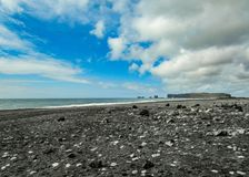 Strand van het Reynisfjara het wereldberoemde zwart-zand op de Zuidenkust van IJsland, Europa stock afbeeldingen