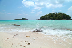 Strand van het het schuim het witte zand van de golfbel met blauwe het eilandmening van de hemelzomer in Thailand Royalty-vrije Stock Afbeelding