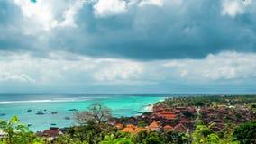 Strand van Jungut Batu van de Timelapse doorstaat het Luchtmening van het Eiland Nusa Lembongan in wolken, Indonesië stock footage
