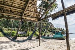 Strand van Nam Island door kokospalm wordt omringd die stock afbeeldingen