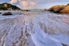 Strand van overzees in zonsopgangverlichting Royalty-vrije Stock Afbeeldingen