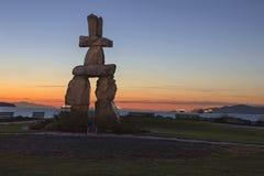 Strand Vancouver för Inukshuk stensolnedgång BC på solnedgången Arkivfoto