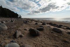 Strand Veczemju Klintis - Boulders im baltischen Land Lettland im April 2019 - bewölkter Himmel mit stumpfen Wolken und ein Stü lizenzfreie stockbilder