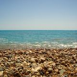 Strand voll von Steinen in Zypern Stockbild