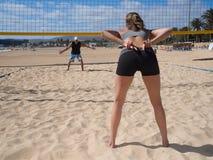 Strand-Volleyball - hilft Frauen Zeichen Stockfotos