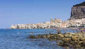 Strand von Cefalu (Sizilien). lizenzfreie stockfotos