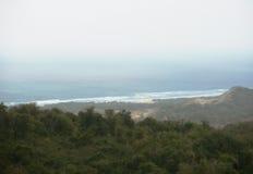 Strand von den Bergen Lizenzfreie Stockbilder