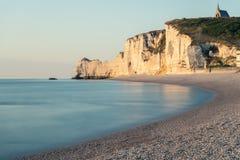 Strand von Etretat mit der Kapelle Notre Dame de la Garde auf die Kreideklippen stockfoto