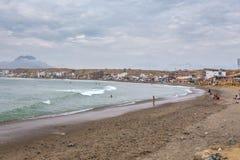 Strand von Huanchaco, Caballito de Totora Stockbild