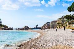 Strand von Insel Isola Bella auf ionischem Meer, Sizilien Stockbild