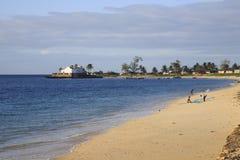 Strand von Insel von Mosambik, mit Kirche von ³ Santo Antà NIO im Hintergrund Lizenzfreies Stockfoto