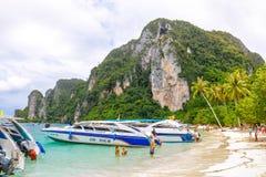 Strand von Koh Phi Phi Don Schnellboote und Treiber, die auf Touristen auf dem Strand warten Stockfotografie