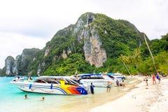 Strand von Koh Phi Phi Don Schnellboote und Treiber, die auf Touristen auf dem Strand warten Lizenzfreies Stockbild
