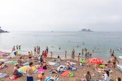 Strand von Petrovac und von Insel der Karwoche, Montenegro Lizenzfreie Stockfotos