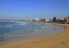 Strand von San Lorenzo in Gijon-Stadtbank Lizenzfreie Stockbilder