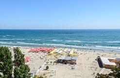 Strand von Schwarzem Meer mit goldenen Sanden, Sonnenschirmen, sunbeds, blauem klarem Wasser, Bars und Hotels Stockbilder