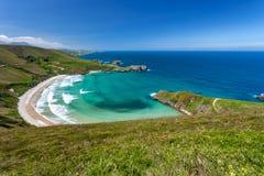 Strand von Torimbia nahe zu Llanes-Dorf lizenzfreies stockbild