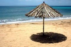 Strand von versanden mit Sonne Lizenzfreie Stockbilder