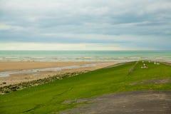 Strand von Villers-surMER in Normndie mit großer Ansicht 2 des bewölkten Himmels lizenzfreie stockfotos
