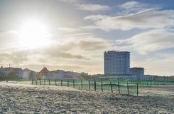 Warnemünde Rostock. Strand von Warnemünde bei Rostock am Tag, Die Szene zeigt den Strand bei Gegenlicht durch die Sonne, lifestyle, urlaub, Reise stock image