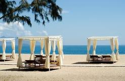 Strand voor ontspant dubbel stoelen binnen een witte tent Royalty-vrije Stock Afbeelding