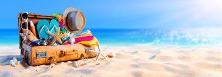 Strand-Vorbereitung - Zubehör im Koffer stockfotografie
