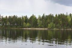 Strand, in water wordt weerspiegeld dat stock fotografie