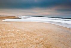 Strand am Winter Lizenzfreie Stockfotos