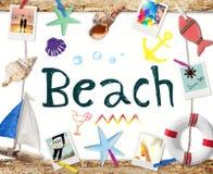 Strand-Wort auf Whiteboard mit Sommer-Gegenständen und Fotos Stockfotos