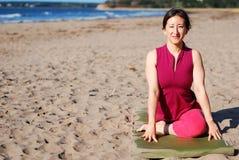 Strand-Yoga Stockfoto
