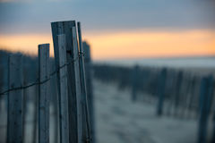Strand-Zaun an der Dämmerung Stockfotos