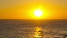 Strand-Zeitspanne-Küstenlinien-Sonnenuntergang Pan stock video footage