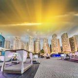 Strand-Zelte und Dubai Marina Skyline an der Dämmerung stockfotografie