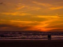 Strand in zonsondergang Stock Afbeelding
