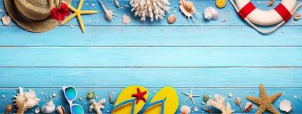Strand-Zubehör auf blauer Planke - Sommerferien stockfotografie