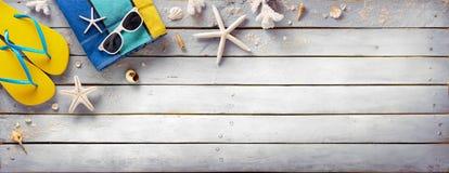 Strand-Zubehör auf Weinlese-hölzerner Planke stockfotos