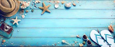 Strand-Zubehör mit Muscheln auf hölzerner Planke stockfoto